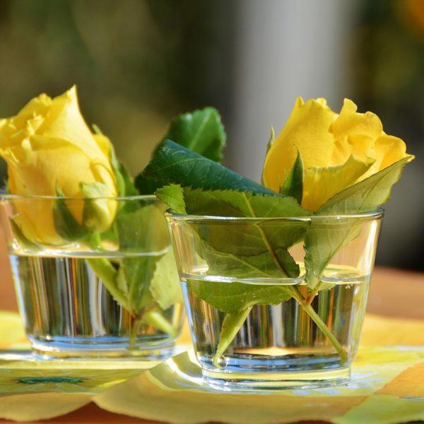 Stilvolle Tischdekoration mit Blumen