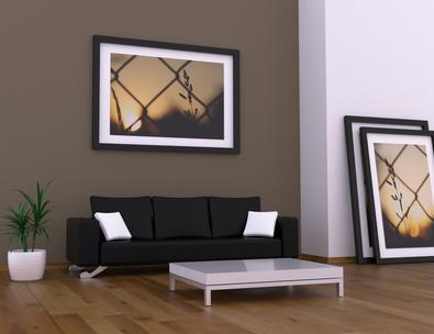 Wohnzimmer mit Bild an der Wand