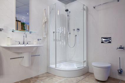 Badezimmer mit Eckduschkabine
